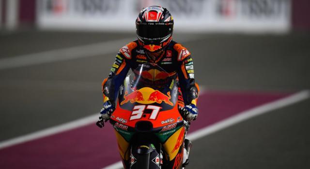 Moto3, Pedro Acosta vince il GP di Doha partendo dalla pit-lane e sale in vetta alla classifica generale! Terzo Antonelli