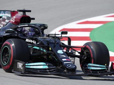 F1, GP Spagna 2021. Lewis Hamilton fa 100! Sua la pole position. Bene la Ferrari, 4° Charles Leclerc e 6° Carlos Sainz