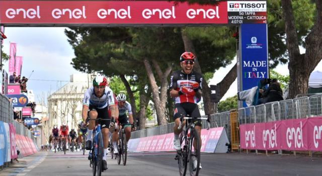 Giro d'Italia 2021: Caleb Ewan beffa Nizzolo e Viviani. Caduta e ritiro per Landa, a terra anche Sivakov
