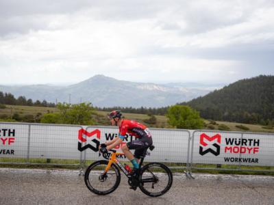 VIDEO Matej Mohoric, terribile caduta al Giro d'Italia. Picchia il capo, il casco lo salva