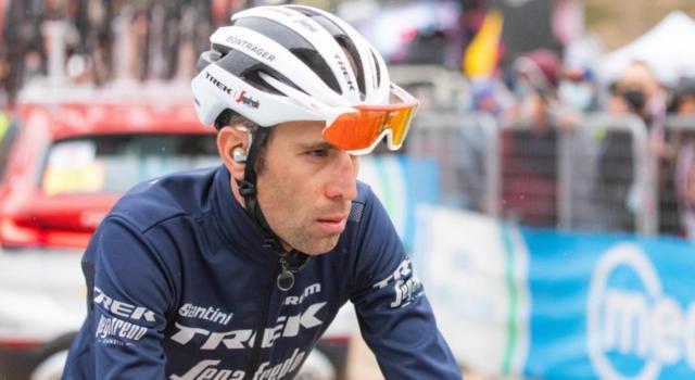 Giro d'Italia 2021, Vincenzo Nibali coinvolto nella caduta di Buchmann. Dolore al costato, attesa per gli esami