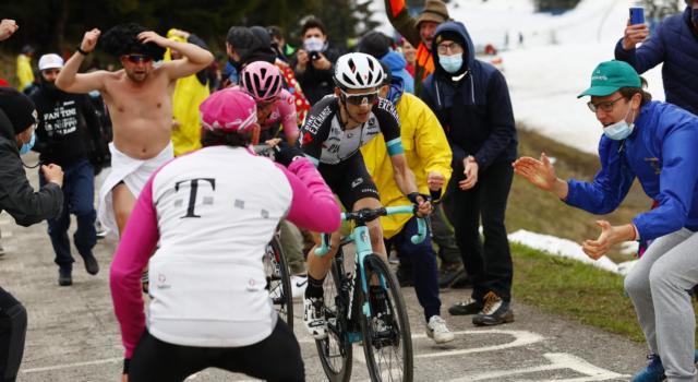 Giro d'Italia 2021, Simon Yates getta la maschera: è il vero antagonista di Egan Bernal