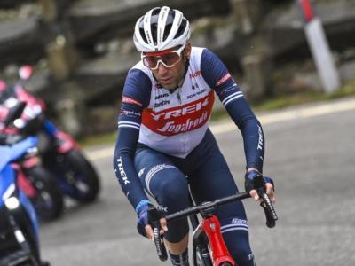 Giro d'Italia 2021, Vincenzo Nibali dolorante ad un braccio dopo la caduta