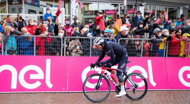 Come sta Giulio Ciccone dopo la caduta al Giro d'Italia? Contusioni a schiena e mano, domani la decisione