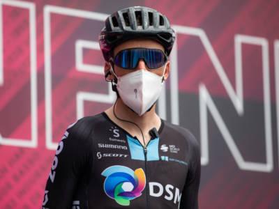 Vuelta a España 2021, maxi-caduta: chi è rimasto coinvolto. Cambia la maglia roja, Bardet perde dodici minuti