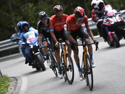 VIDEO Giro d'Italia, Damiano Caruso memorabile: ringrazia Pello Bilbao con una pacca e va a vincere