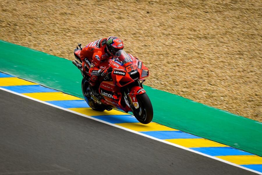"""LIVE MotoGP, GP Francia in DIRETTA. Bagnaia 4° in rimonta: """"Ma mi girano"""". Valentino Rossi: """"Passi avanti, ma per colpa di Espargarò…"""""""