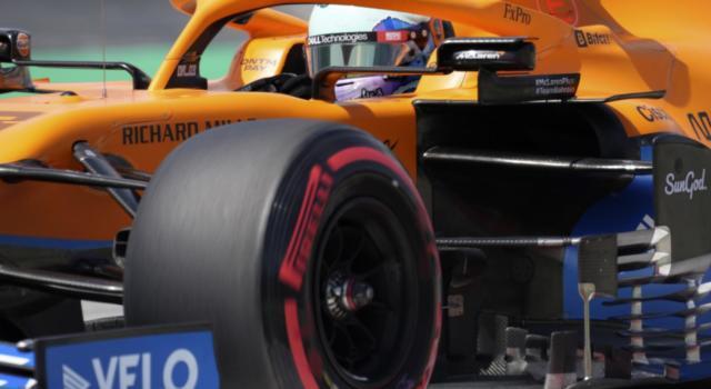 """F1, la McLaren si presenta al GP di Monaco con una livrea speciale, piloti con caschi e tute """"retrò"""""""