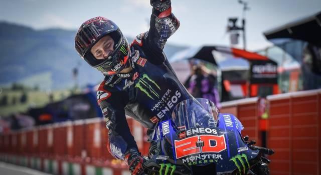 MotoGP, Fabio Quartararo corre a petto nudo! Perde il paracostole, la tuta si gonfia!