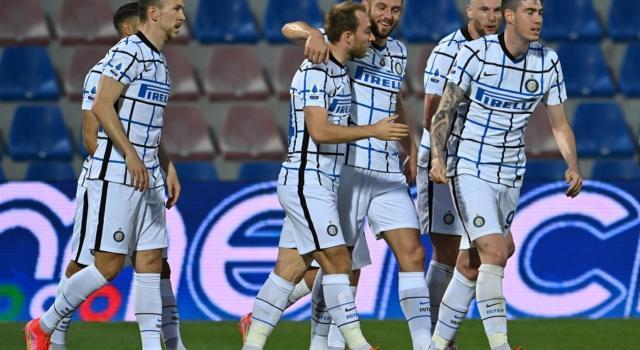 Calcio, l'Inter vince a Crotone e vede lo Scudetto. Pari tra Verona e Spezia