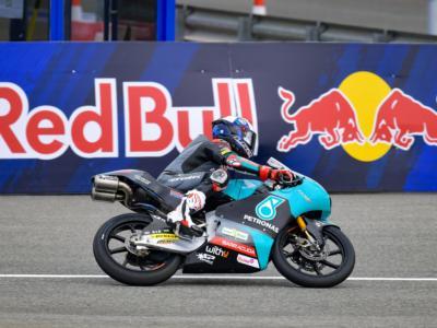 Moto3, risultati FP1 GP Francia 2021: John McPhee precede Acosta sul bagnato, Migno cade due volte ma è 9°