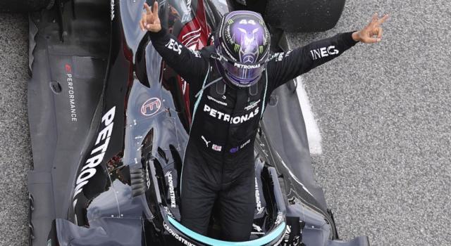 F1, Lewis Hamilton: stipendio tagliato per il 2022? Bonus per il Mondiale e cifre ridimensionate: nuovi scenari in Mercedes