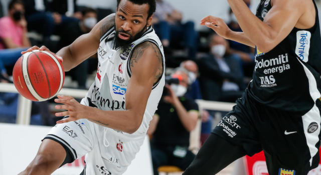 Basket, Milano espugna Trento a fatica e conquista le semifinali scudetto con un ottimo Moraschini