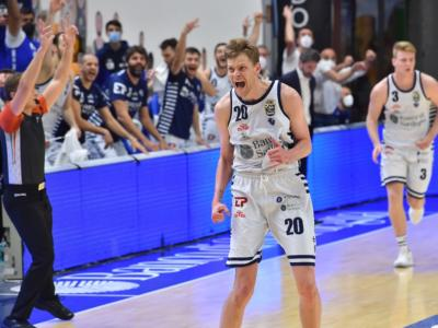 Basket, Playoff Serie A 2021: il cuore di Sassari batte ancora. La Dinamo batte Venezia e porta la serie a gara-5