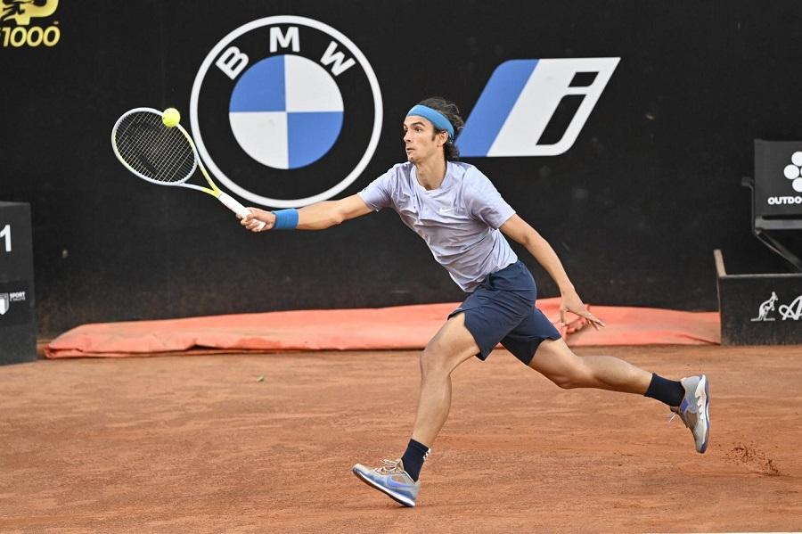 Tennis, ATP Lione: esordio vincente per Lorenzo Musetti. L'azzurro batte al terzo set Felix Auger Aliassime