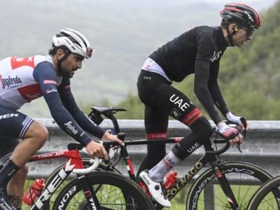 Ciclismo, brutta caduta per Jacopo Mosca ai Campionati italiani a crono: fratture multiple, pneumotorace e trauma cranico