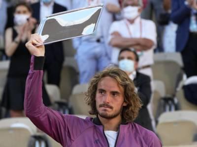 """Stefanos Tsitsipas perde la nonna 5′ prima della Finale del Roland Garros: """"Senza lei non sarei qui"""". Il messaggio toccante"""