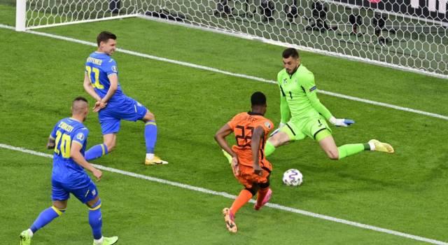 Calcio, l'Olanda rischia con l'Ucraina ma vince per 3-2 nel finale grazie a Dumfries
