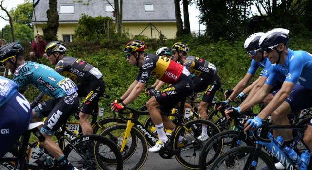 VIDEO Maxi-caduta al Tour de France, colpa di un gesto assurdo di una 'tifosa'