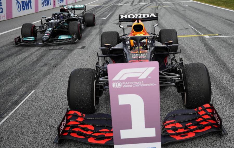 Max Verstappen torna a casa e la sua Red Bull gli viene