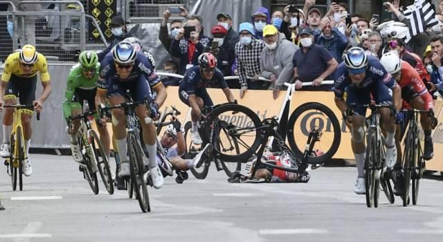 Tour de France 2021, protesta dei corridori nei primi 10 km della 4a tappa: troppe cadute in corsa