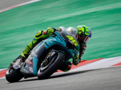 MotoGP, brutta Italia a Barcellona. Bagnaia anonimo, Morbidelli non ha una moto all'altezza, a terra Valentino Rossi