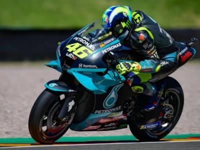 """LIVE MotoGP, GP Germania in DIRETTA. Valentino Rossi si sfoga: """"In estate saprete, basta cercare scoop"""""""