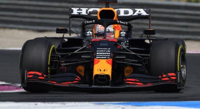 VIDEO Max Verstappen passa Hamilton al pit-stop: errore della Mercedes a Le Castellet