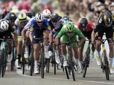 LIVE Tour de France, tappa di oggi in DIRETTA: Politt sorprende i fuggitivi, il gruppo passeggia. Nuova classifica