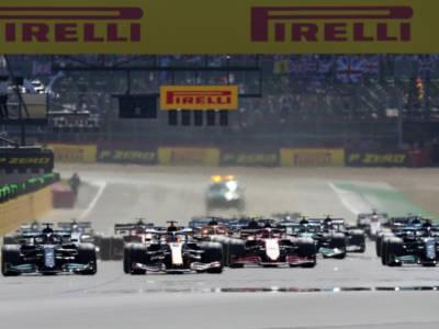 F1, incidente tra Verstappen e Hamilton nel GP di Gran Bretagna. E Leclerc va in testa…