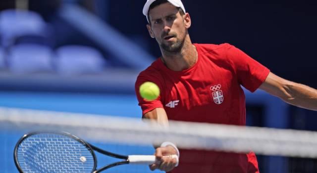 """Tennis, Olimpiadi Tokyo. Novak Djokovic: """"Difficile giocare con questo caldo, non capisco perché la ITF non sposti le partite"""""""