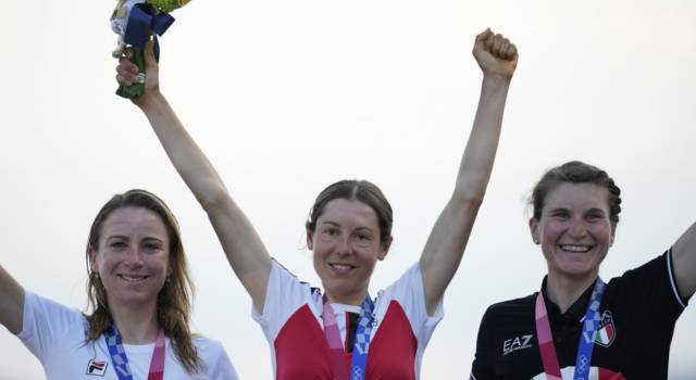 "Ciclismo femminile, Annemiek van Vleuten in lacrime alle Olimpiadi di Tokyo: ""Pensavo di aver vinto l'oro"""