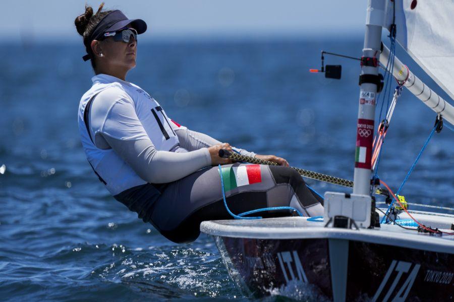 Vela, Olimpiadi Tokyo: Silvia Zennaro va all in ma è squalificata in Medal Race. Titoli nei Laser per Danimarca e Australia