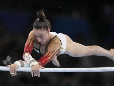 Ginnastica, Nina Derwael vs Sunisa Lee: duello mostruoso per l'oro alle parallele. Le Olimpiadi si infiammano