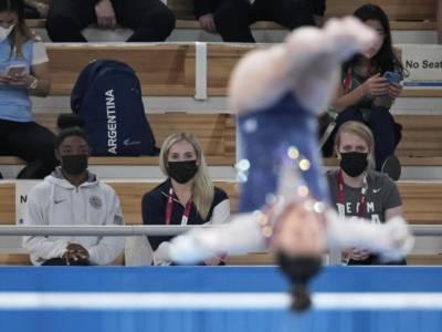 Sunisa Lee lacrime d'oro, Simone Biles applaude sugli spalti: il commovente passaggio di consegne alle Olimpiadi
