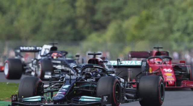 F1, Lewis Hamilton svetta nelle qualifiche del GP Gran Bretagna davanti a Verstappen! Leclerc 4°, Sainz 9°