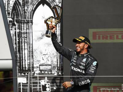 F1, Lewis Hamilton: l'aggressività paga. Penalità ininfluente, Mondiale riaperto