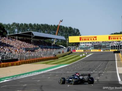 F1, Lewis Hamilton va a contatto con Max Verstappen quindi beffa Charles Leclerc nel finale e fa suo il GP di Gran Bretagna