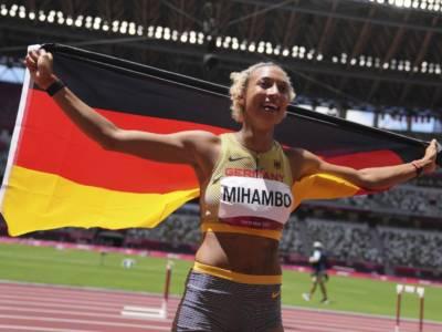 Atletica, Olimpiadi Tokyo. La zampata nel lungo di Malaika Mihambo, campionessa all'ultimo respiro. Battute Reese e Brume