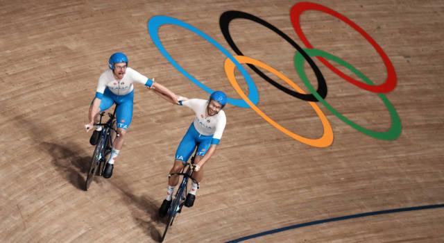 VIDEO Italia oro nell'inseguimento! Suona l'Inno di Mameli alle Olimpiadi: la premiazione di Ganna e compagni