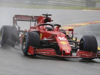 F1, la scelta Ferrari dell'assetto da asciutto in un weekend bagnatissimo. La farsa salva le Rosse dalla debacle