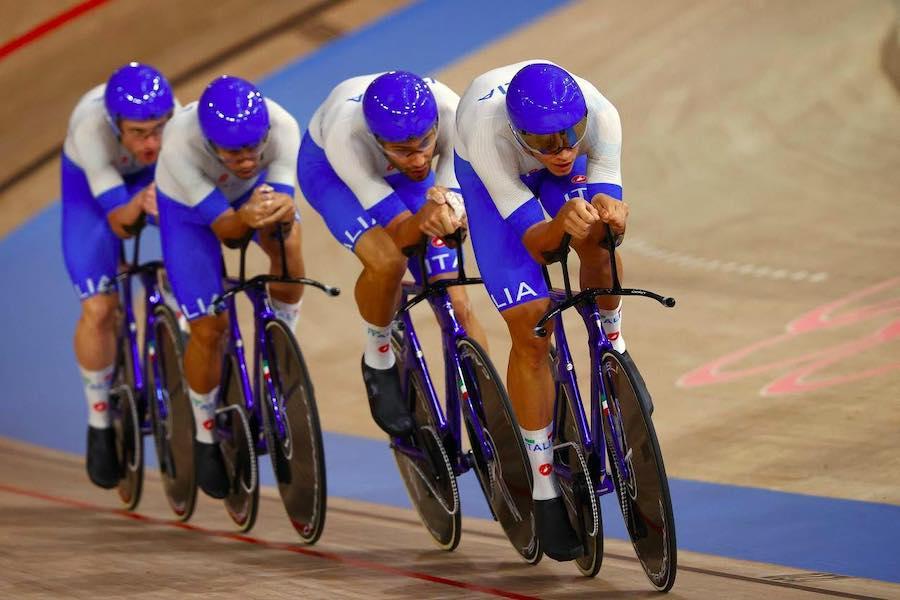 LIVE Ciclismo su pista, Olimpiadi Tokyo in DIRETTA: Filippo Ganna e gli azzurri sfidano la Danimarca in finale
