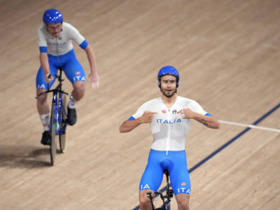 """Ciclismo su pista, Filippo Ganna: """"Dobbiamo tenere duro altre 24 ore, poi potremo ubriacarci. Villa è il nostro faro"""""""