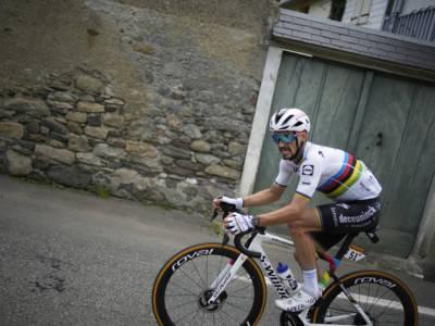 VIDEO Ciclismo, Julian Alaphilippe vince il Mondiale: attacco micidiale in salita, bis iridato. Colbrelli 10°