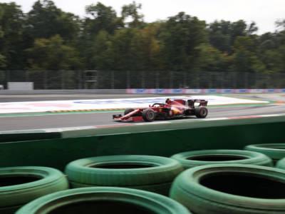 VIDEO Carlos Sainz sbatte contro le barriere a Monza: incidente con la Ferrari, botto alla variante Ascari