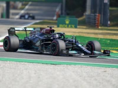 F1, Lewis Hamilton sbaglia ancora la gara sprint. Verstappen guadagna 2 punti e allunga in classifica