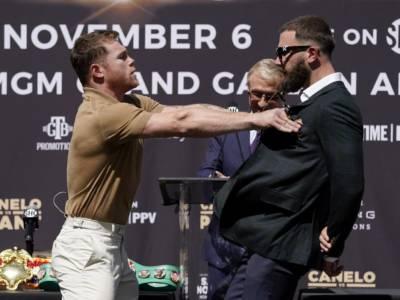 VIDEO Canelo Alvarez vs Caleb Plant, rissa in conferenza stampa! Spintoni e pugni. Attesa per il Mondiale unificato