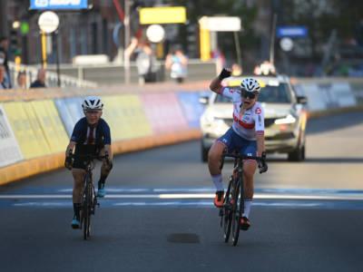 Ciclismo femminile, Mondiali juniores 2021: Zoe Backstedt conquista il titolo iridato. Battuta in volata Kaia Schmid