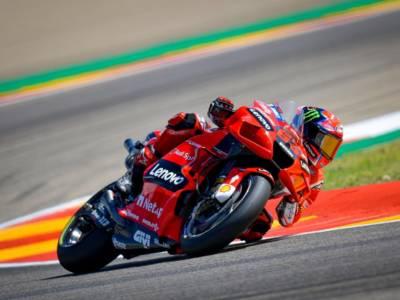 MotoGP, Francesco Bagnaia da sogno! Marc Marquez sconfitto in una sfida epica: prima vittoria in carriera ad Aragon!