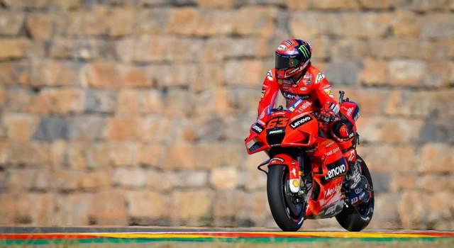 """LIVE MotoGP, GP Aragon in DIRETTA: Bagnaia in trionfo. """"Mi sono liberato"""". Valentino Rossi: """"Fiero di averlo cresciuto"""""""